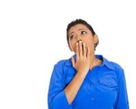 Giovane donna, studente che dispone mano sulla bocca che sbadiglia Fotografia Stock Libera da Diritti