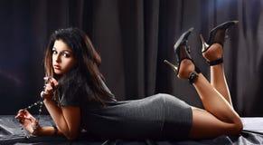 Giovane donna Stunning che si trova sulla tabella Fotografia Stock Libera da Diritti