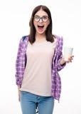 Giovane donna stupita che tiene tazza Immagini Stock Libere da Diritti