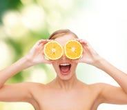 Giovane donna stupita con le fette arancio Immagini Stock Libere da Diritti