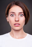 Giovane donna stupita sopra priorità bassa scura Fotografia Stock Libera da Diritti