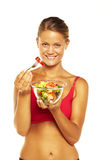 Giovane donna su priorità bassa bianca con un'insalata Fotografie Stock
