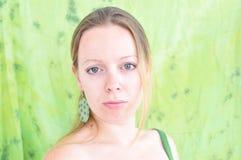Giovane donna su priorità bassa verde Immagine Stock Libera da Diritti
