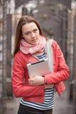 Giovane donna su streer con la compressa digitale immagini stock libere da diritti