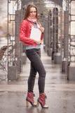 Giovane donna su streer con la compressa digitale immagine stock libera da diritti