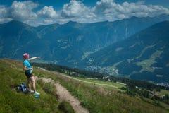 Giovane donna su un aumento della montagna Immagine Stock Libera da Diritti