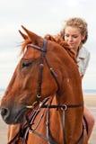 Giovane donna su un cavallo Fotografie Stock Libere da Diritti
