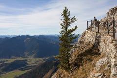 Giovane donna su un passaggio pedonale alpino di panorama, alpi bavaresi Fotografia Stock