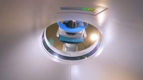 Giovane donna su una risonanza magnetica di imaging a risonanza magnetica in un ospedale moderno archivi video