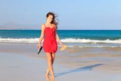 Giovane donna su una spiaggia Fotografie Stock Libere da Diritti