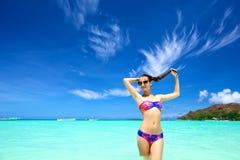 Giovane donna su una spiaggia Fotografia Stock