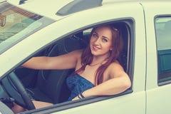 Giovane donna in sua automobile Immagini Stock Libere da Diritti
