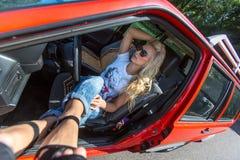 Giovane donna in sua automobile Fotografie Stock