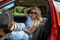 Giovane donna in sua automobile Fotografia Stock