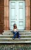 Giovane donna sui punti davanti al portello Fotografie Stock Libere da Diritti