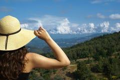Giovane donna sul bordo. Vista di paesaggio Immagine Stock