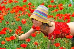 Giovane donna sul campo con i papaveri immagine stock libera da diritti