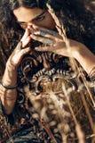 Giovane donna sul campo con lo specchio Immagine Stock
