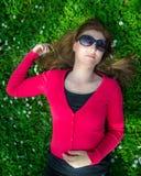 Giovane donna sul campo verde fotografia stock libera da diritti