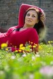 Giovane donna sul campo verde immagini stock
