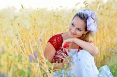 Giovane donna sul giacimento del cereale fotografia stock