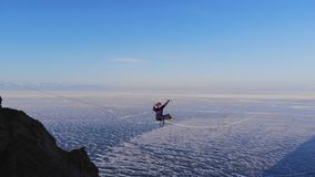 Giovane donna sul highline Camminatore di Tightrope che fa yoga all'elevata altitudine video d archivio