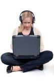 Giovane donna sul Internet Fotografia Stock