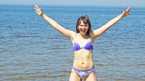 Giovane donna sul Mar Baltico Fotografie Stock