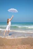 Giovane donna sul mare Immagini Stock Libere da Diritti