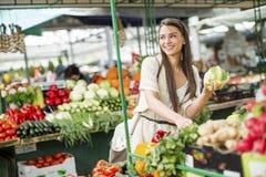 Giovane donna sul mercato Fotografia Stock Libera da Diritti