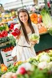 Giovane donna sul mercato Fotografie Stock