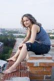 Giovane donna sul tetto Fotografie Stock Libere da Diritti