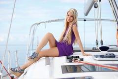 Giovane donna sull'yacht Immagine Stock