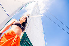 Giovane donna sulla barca a vela Immagini Stock