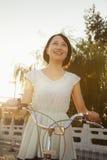 Giovane donna sulla bicicletta fotografia stock