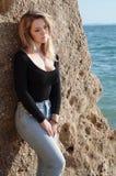 Giovane donna sulla costa di mare della sabbia Fotografie Stock
