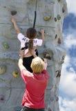 Giovane donna sulla parete della roccia Immagini Stock Libere da Diritti