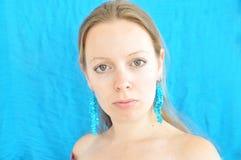 Giovane donna sulla priorità bassa del turchese Fotografia Stock