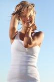 Giovane donna sulla priorità bassa del cielo Immagini Stock
