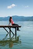 Giovane donna sulla riva del fiume immagine stock