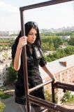 Giovane donna sulla scala di sicurezza Fotografia Stock