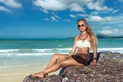 Giovane donna sulla spiaggia Fotografie Stock