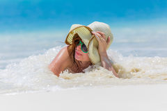 Giovane donna sulla spiaggia fotografie stock libere da diritti