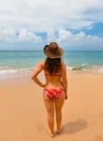 Giovane donna sulla spiaggia della sabbia Immagine Stock Libera da Diritti