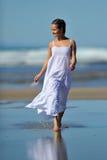 Giovane donna sulla spiaggia in estate fotografia stock