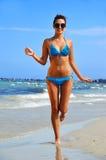 Giovane donna sulla spiaggia mediterranea Fotografia Stock