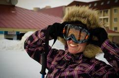 Giovane donna sulla stazione sciistica immagine stock