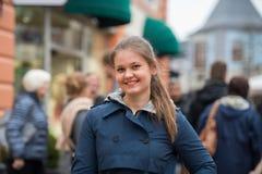 Giovane donna sulla strada dei negozi Fotografie Stock Libere da Diritti