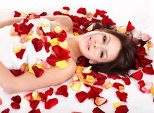 Giovane donna sulla tabella di massaggio nella stazione termale di bellezza. Fotografia Stock Libera da Diritti