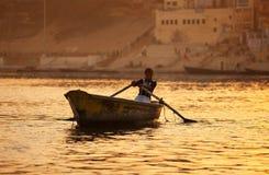 Giovane donna sulle onde dell'oro Fotografie Stock